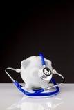 Porcellino salvadanaio con uno stetoscopio Fotografie Stock