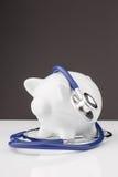 Porcellino salvadanaio con uno stetoscopio Immagine Stock