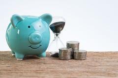 Porcellino salvadanaio dei soldi di risparmio come concetto di investimento a lungo termine con lo sta fotografia stock