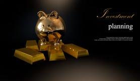 Porcellino salvadanaio dell'oro e monete impilate Fotografia Stock