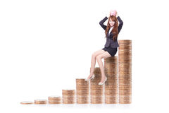 Porcellino salvadanaio della tenuta della donna di affari con le scale dei soldi fotografie stock