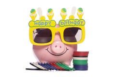 Porcellino salvadanaio di buon compleanno con i chip di mazza Immagini Stock