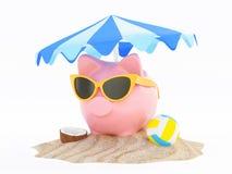 Porcellino salvadanaio di estate con gli occhiali da sole sulla spiaggia fotografia stock