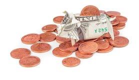 Porcellino salvadanaio di origami del dollaro sulle monete isolate Immagine Stock