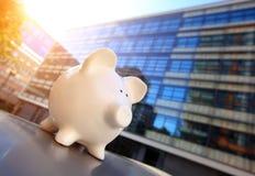 Porcellino salvadanaio in distretto finanziario Immagini Stock
