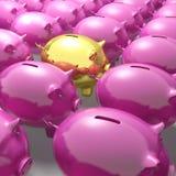 Porcellino salvadanaio dorato fra il gruppo che mostra i conti bancari unici Immagine Stock Libera da Diritti