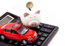 Porcellino salvadanaio e euro con l'automobile Immagini Stock Libere da Diritti
