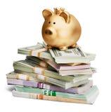 Porcellino salvadanaio e soldi dorati su fondo Immagini Stock