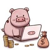 Porcellino salvadanaio facendo uso del computer, con la pila di monete e la borsa di soldi Fotografie Stock