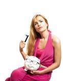 Porcellino salvadanaio felice della tenuta della giovane donna con gli occhiali ed il credito immagini stock