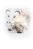 Porcellino salvadanaio, monete e fatture dell'euro Concetto di risparmio dei soldi Primo piano delle banconote Fotografia Stock