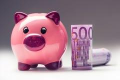 Porcellino salvadanaio Risparmi rosa di porcellino e cinquecento euro banconote Foto modificata Fotografie Stock