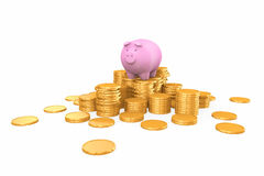 Porcellino salvadanaio rosa che sta sulla pila dorata delle monete Immagine Stock Libera da Diritti
