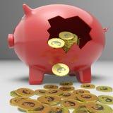 Porcellino salvadanaio rotto che mostra il risparmio europeo Immagine Stock