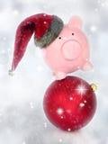 Porcellino salvadanaio su una palla di Natale Immagini Stock Libere da Diritti