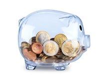 Porcellino salvadanaio trasparente riempito di euro monete Immagini Stock Libere da Diritti