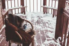Porche de cabine de rondin avec la neige photo libre de droits
