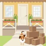 Porche de maison de campagne avec la porte, les fenêtres et les usines de panneau Allée, boîtes en carton et chiot Image stock