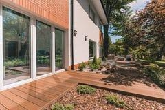 Porche de villa le jour ensoleillé photographie stock