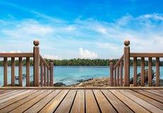 Porche en bois à la plage photos stock