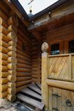 Porche en bois découpé image stock