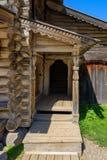 Porche en bois découpé photos stock
