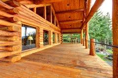 Porche en bois de module de logarithme naturel avec l'entrée et le banc. photo stock