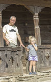 Porche en bois roumain traditionnel Photo stock