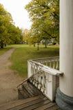 Porche et balustrade en bois dans un vieux manoir russe, vue de parc image libre de droits