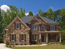 Porche extérieur de vue de face de maison de luxe modèle Image stock