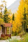 Porche le long du changement de feuilles d'automne de traînée de montagne Image stock
