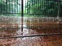 Porche pendant la pluie d'été Photographie stock libre de droits