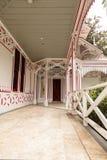 Porche rouge et blanc d'un cottage de Victoria Images libres de droits