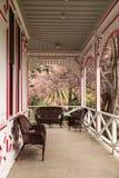 Porche rouge et blanc d'un cottage de Victoria Image stock