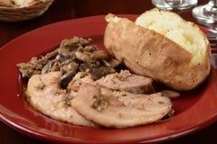 Porchetta烤猪肉用一个被烘烤的土豆 库存图片