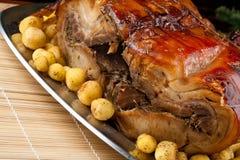 Porchetta italiano com batatas novas fotografia de stock