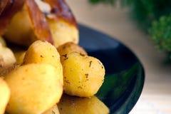 Porchetta italiano com batatas novas Imagens de Stock