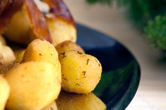 Porchetta italiano con las nuevas patatas Imagenes de archivo