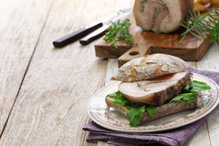 Porchetta-panini, italienisches Schweinebratensandwich lizenzfreie stockfotografie