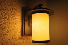 Porchlight在晚上 库存图片
