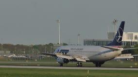 PORCIÓN - Aterrizaje de aviones polaco de las líneas aéreas en el aeropuerto de Munich, primavera metrajes