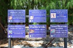 Porción de advertencia de la etiqueta con tailandés, inglesa, lengua de China Foto de archivo libre de regalías
