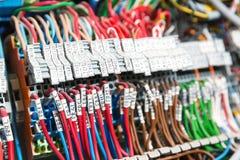 Porción de alambres en gabinete del dispositivo de distribución Imagen de archivo