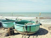 porción de barcos de los fishermens en el mar del horisont de la salida del sol de la costa Fotos de archivo libres de regalías