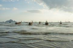 Porción de barcos de la cola larga anclados en la playa del Ao Nang en la provincia de Krabi Tailandia Fotos de archivo