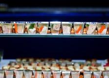 Porción de bocados fríos en la tabla de comida fría Fotografía de archivo libre de regalías