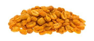 Porción de cacahuetes calientes y picantes en el fondo blanco Fotografía de archivo