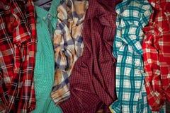 Porción de camisas de tela escocesa imagenes de archivo