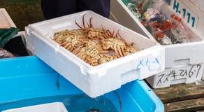 Porción de cangrejo de rey de Alaska en la caja para la venta en Nagoya imágenes de archivo libres de regalías