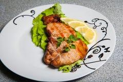 Porción de carne asada a la parrilla y de tres porciones del limón Imagen de archivo libre de regalías